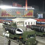 Corea del Norte muestra durante un desfile militar un nuevo misil balístico